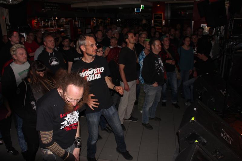 Das Publikum tanzt beim Kuballa-Auftritt