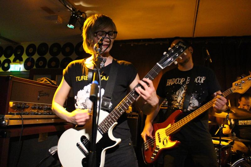 Die Kuballa Gitarristin singt auch