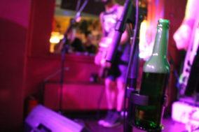 Der Mikrofonständer mit Bierhalter