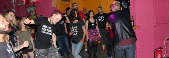 Publikum beim Autritt von Scheisse die Bullen in der Emma 23 Heilbronn