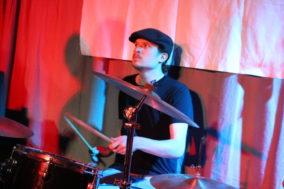 Der unscharf aufgenommene Drummer