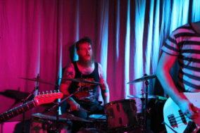 Der Schlagzeuge mit verwuschelten Haaren