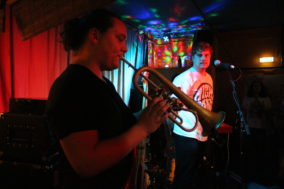Bassist spielt Flügelhorn