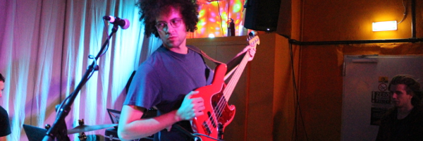 Der Bassist der Physics House Band