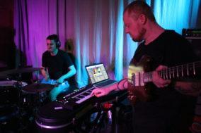 Gitarrist und Drummer der Physics House Band