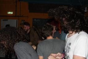 Im Publikum fliegen Haare, es wird getanzt