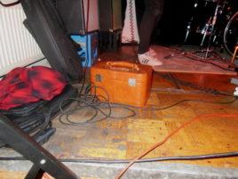 Ein ominöser Koffer auf der Bühne