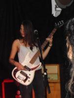 Die Bassisten lächelt beim Auftritt nicht