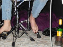 Wer braucht schon Schuhe als Schlagzeugerin?