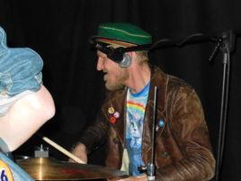 Auch der Drummer übernimmt Gesangsparts
