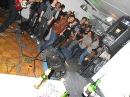 Gitarrist beherrscht die große Pose und liegt am Boden