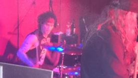 Drummer Timmy leider ohne Lächeln