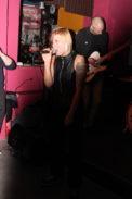 Sängerin Pia agiert extrovertiert