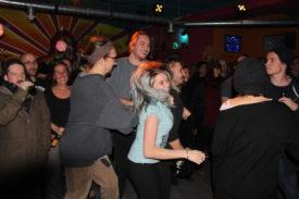Ein kleiner Teil des Publikums tanzt