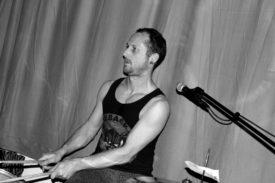 Der Drummer in schickem Schwarzweiß