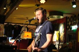 Der Gitarrist singt auch