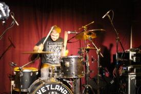 Auch der Schlagzeuger hat Spaß am Auftritt