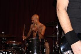 Der Drummer wirkt wie ein russische Intellektueller mit Muskeln