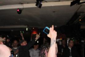 Auch das Publikum mag den gesteckten Mittelfinger