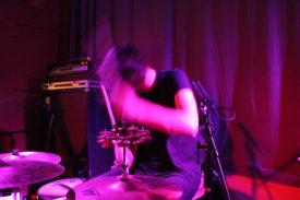 Der Schlagzeuger in Aktion -auch hier fliegen die Haare