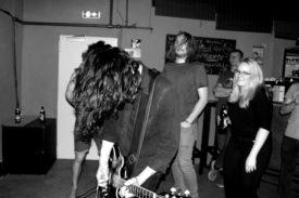 Der Sänger und Gitarrist kommt auch ins Publikum