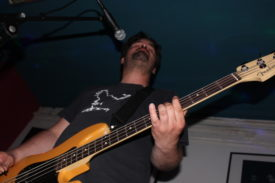 Bassist Marco aus interessanter Perspektive