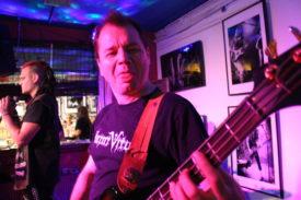 Bassist Andre kann auch böse gucken - huch