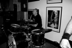 Drummer Thomas in schickem Schwarzweiß