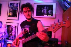 Der bassist, ganz konzentriert