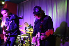 Bassist und Gitarrist rocken