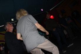 Eine der älteren Semester tanzt am meisten