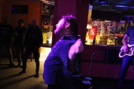 Sänger würgt sich mit Mikrofonkabel