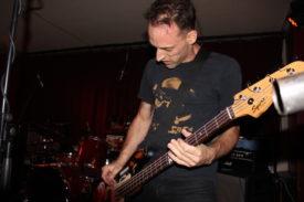 Der Bassist gibt körperlich alles