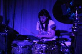 Die Schlagzeugerin beherrscht auch Geknüppelt
