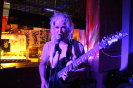 Die Sängerin wirkt wie ein mythische Rachegöttin