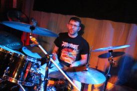 Der Schlagzeuger von Überdosis Grau sitzt auch bei Stressfaktor hinter der Schiessbude