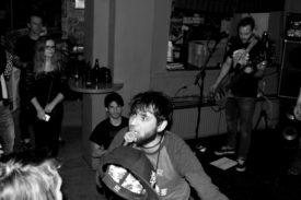 Der Sänger in Aktion vor der Bühne
