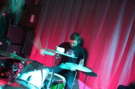 Der Schlagzeuger wirkt auch bei hohem Liedtempo ruhig