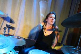 Sorgt für immensen Doch: die Drummerin
