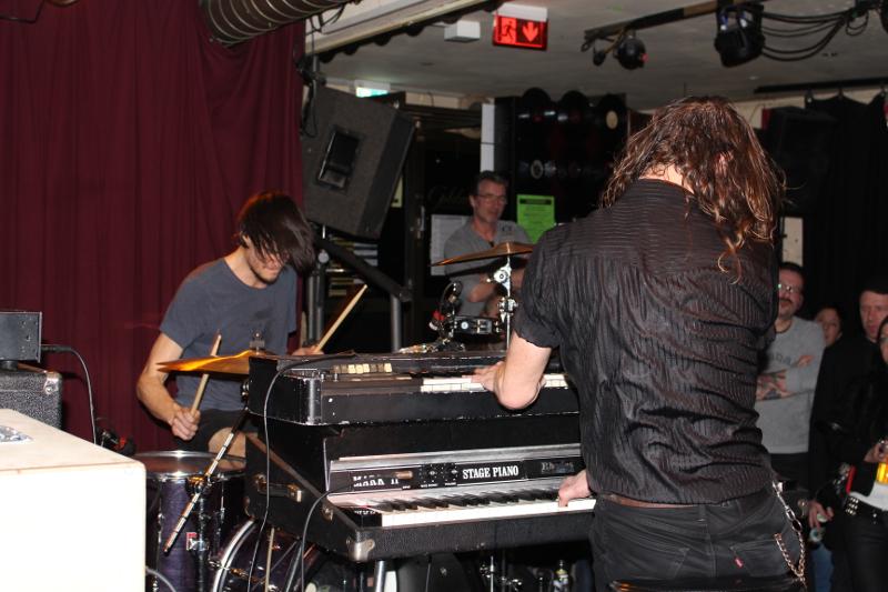 James Leg und Drummer sitzen sich gegenüber