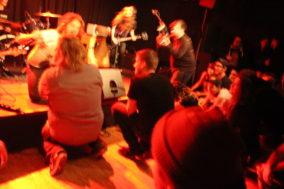 Das Publikum kniet beimClowns-Auftritt