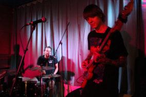 Bassist und Drummer von Sarg