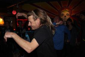 Das Barpersonal tanzt