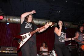 Der Gitarrist ist Poison Idea-gestählt