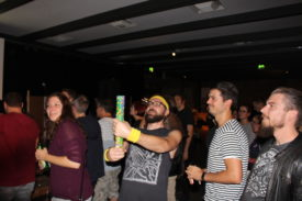 Band-Mitglied zündet im Publikum Konfetti-Rakete