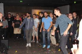 Unentwegte tanzen zum Brachial-Sound