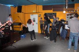 Die Sängerin nutzt den Platz vor der Bühne