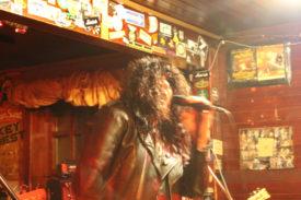 Der Mones-Sänger mit Perücke