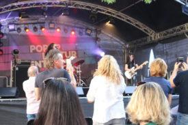Zuschauer stehen vor der Bühne beim Auftritt von Quick Dip