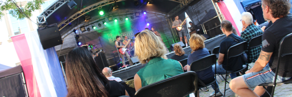 Die Bühne mit Zuschauern beim Auftritt von The Neighbourhood Creeps im Deutschhof Heilbronn am 04.09.2021